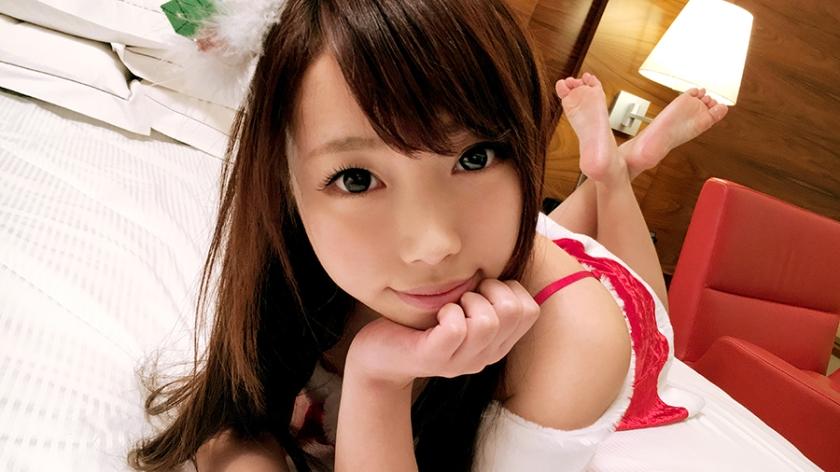 ホテルのベッド上で寝そべり頬杖をついてこちらを見つめる美少女サンタ。