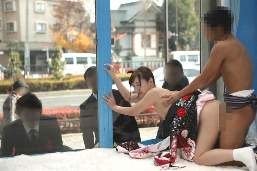 成人し窓越しにセックスを見られ興奮する晴れ着姿の淫乱な女子大生。